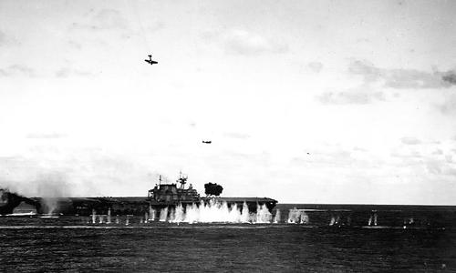 南太平洋海戦で攻撃を受ける米空母「ホーネット」